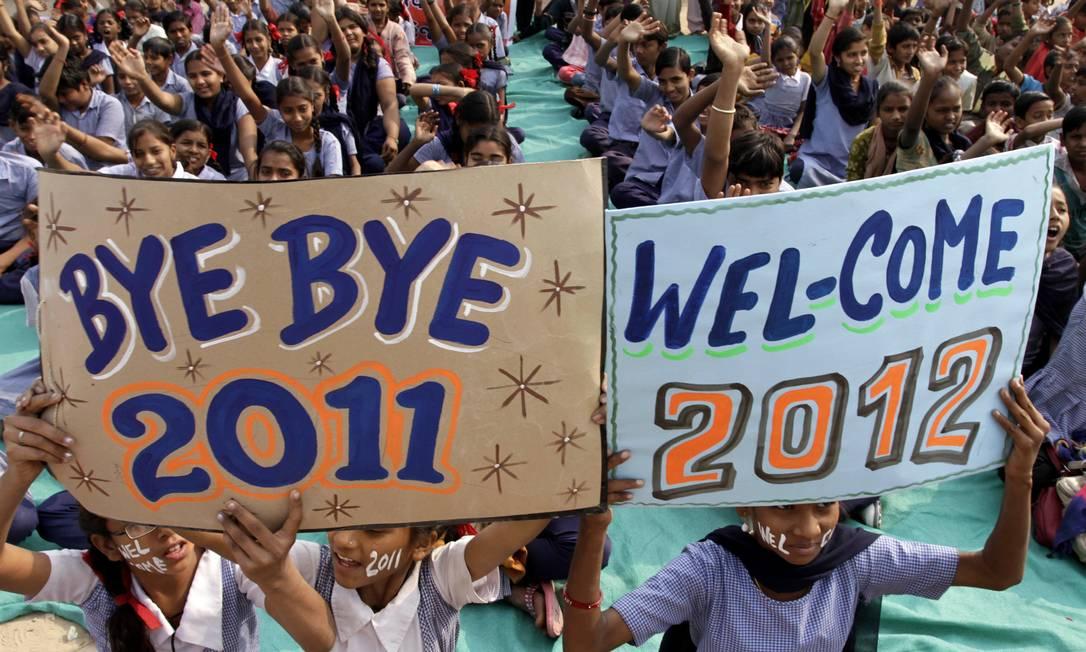 Na mesma escola, outros estudantes levaram cartazes dando adeus a 2011 Ajit Solanki / AP
