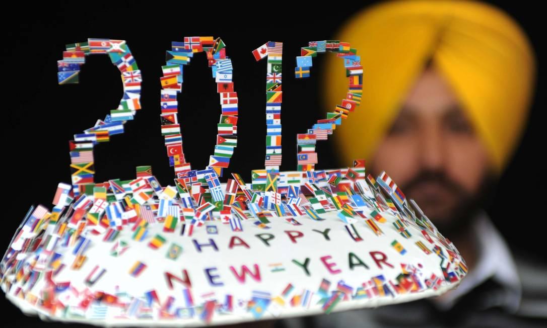O artista indiano Harwinder Singh Gill exibe uma criação feita com 250 pequenas bandeiras de diferentes países Foto: NARINDER NANU / AFP