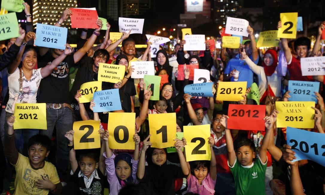 Na Malásia, crianças seguram cartazes com o número 2012, nas celebrações de ano novo na Praça da Independência, em Kuala Lumpur Foto: Lai Seng Sin / AP