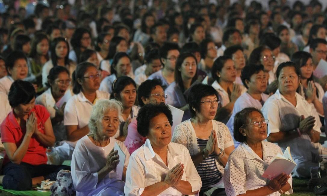 Tailandeses rezam durante uma cerimônia budista para ter sorte em 2012, durante celebrações do ano novo em Sanam Luang, parque que fica entre o Grande Palácio e o Templo de Esmeralda, em Bangkok Foto: CHAIWAT SUBPRASOM / REUTERS