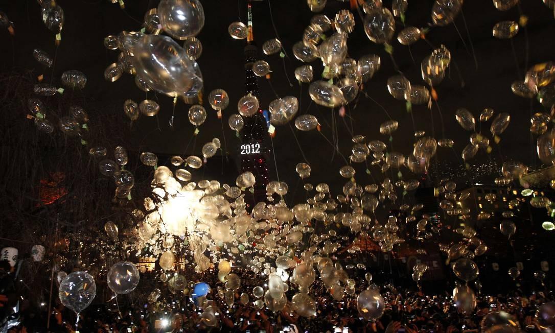 Os japoneses foram às ruas de Tóqui para soltar balões e celebrar o ano novo Foto: KIM KYUNG-HOON / REUTERS