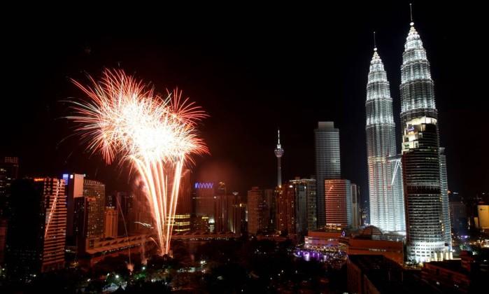 Com população predominantemente muçulmana, a Malásia saudou 2012 com uma deslumbrante queima de fogos