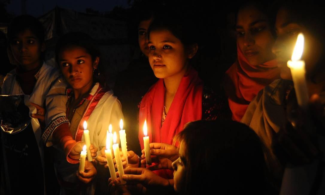 Paqustaneses acendem velas para pedir paz no ano novo Foto: Arif Ali / AFP