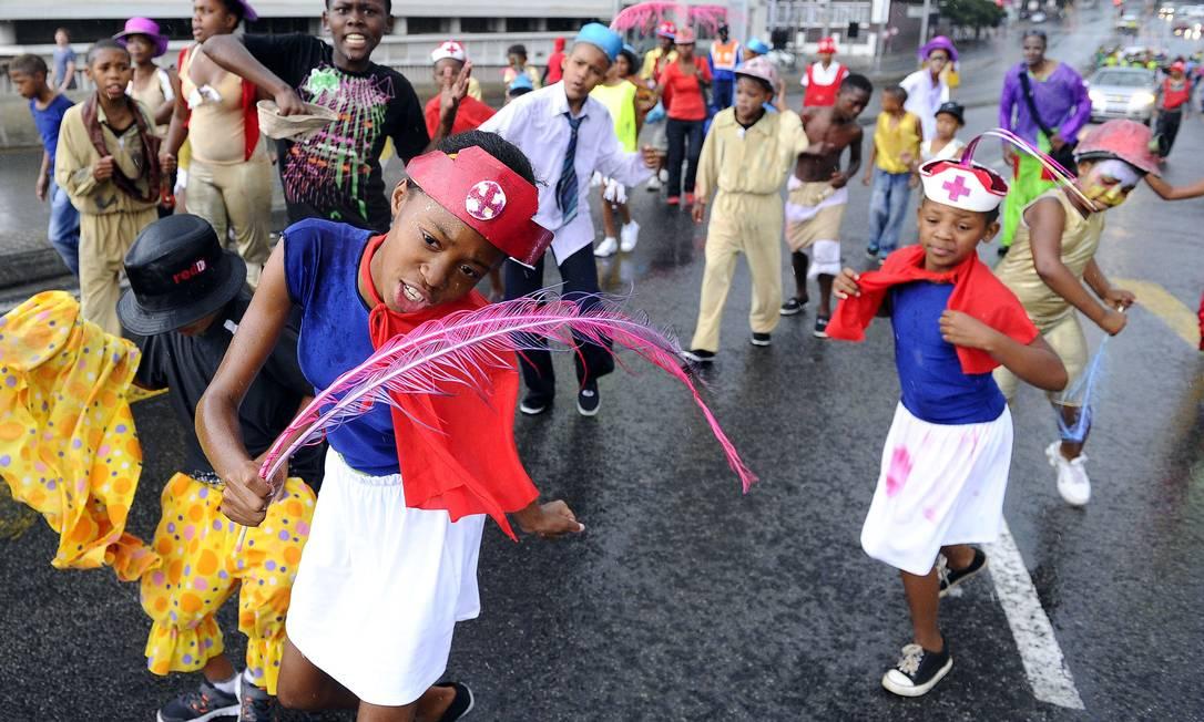 Crianças dançam nas ruas de Joanesburgo para comemorar STEPHANE DE SAKUTIN / AFP