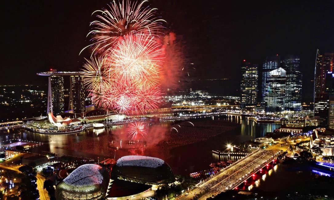 O espetáculo da queima de fogos em Marina Bay, em Cingapura, na chegada do Ano Novo Foto: TIM CHONG / REUTERS