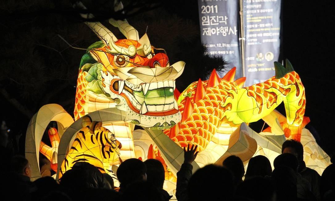 Um dragão lanterna gigante é usado nas celebrações do Ano Novo próximo a Panmunjom, na Coreia do Sul, vilarejo que separa as duas Coreias Foto: Ahn Young-joon / AP