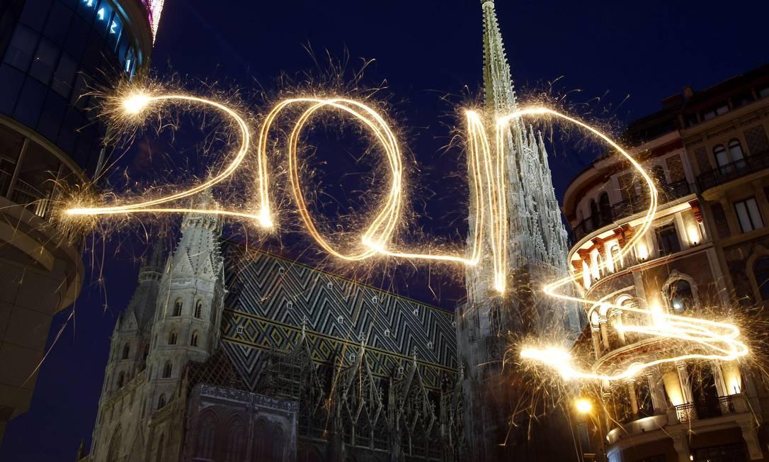 Luzes desenham o ano de 2012 no céu em frente à catedral de St. Stephen, em Viena, na Áustria