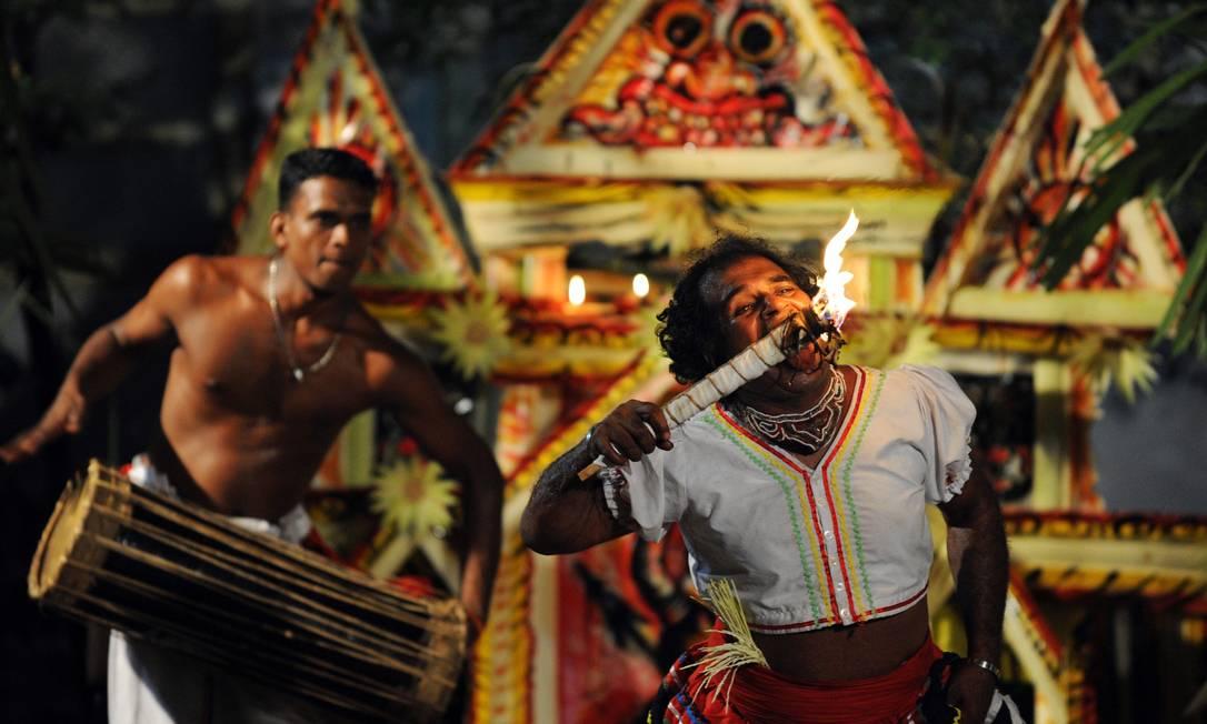 Dançarinos em performance tradicional em Colombo, no Sri Lanka, para espantar os maus espíritos em 2012 Foto: Ishara S.KODIKARA / AFP