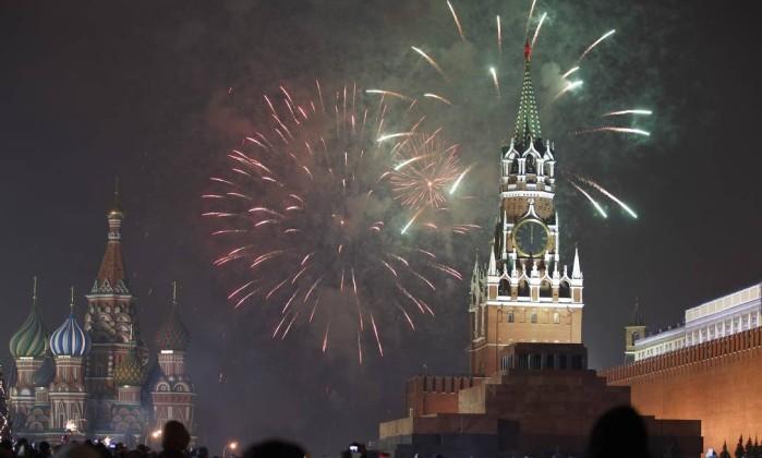 Queima de fogos nas celebrações pelo ano novo na Praça Vermelha, em Moscou TATYANA MAKEYEVA / REUTERS