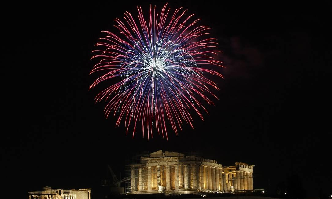 Fogos de artifício recebem o ano de 2012 no céu sobre a Acrópole em Atenas, na Grécia Foto: Petros Giannakouris / AP