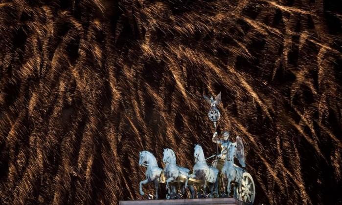 Lindo espetáculo no Portão de Brandenburg, em Berlim, na Alemanha. Segundo a imprensa local, 400 mil pessoas participaram das celebrações AFP