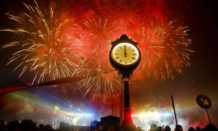 Fogos de artifício brindam o público que recebe o ano novo em Bucareste, na Romênia