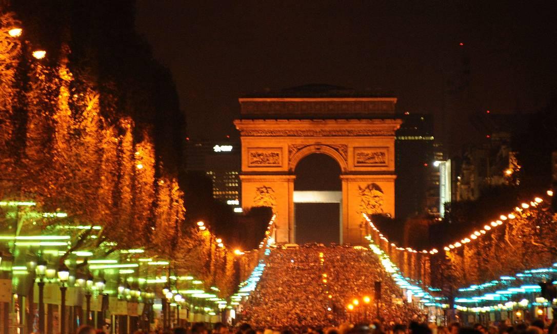 Público reunido para esperar 2012 na Champs Elysee, Paris