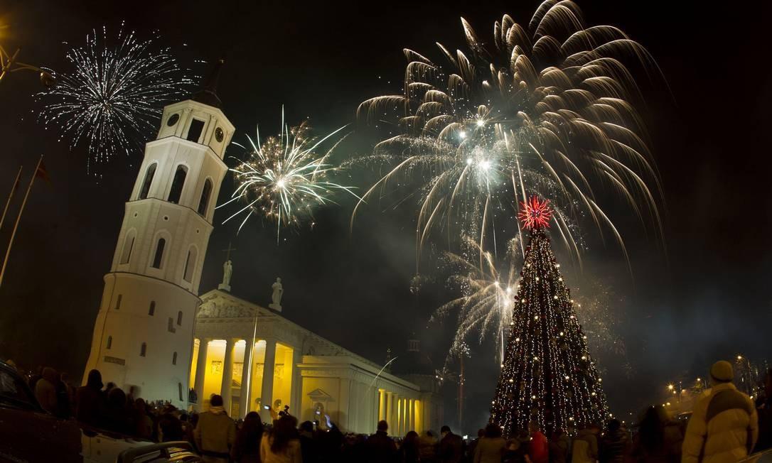 Queima de fogos em Vilnius, na Lituânia Foto: Mindaugas Kulbis / AP