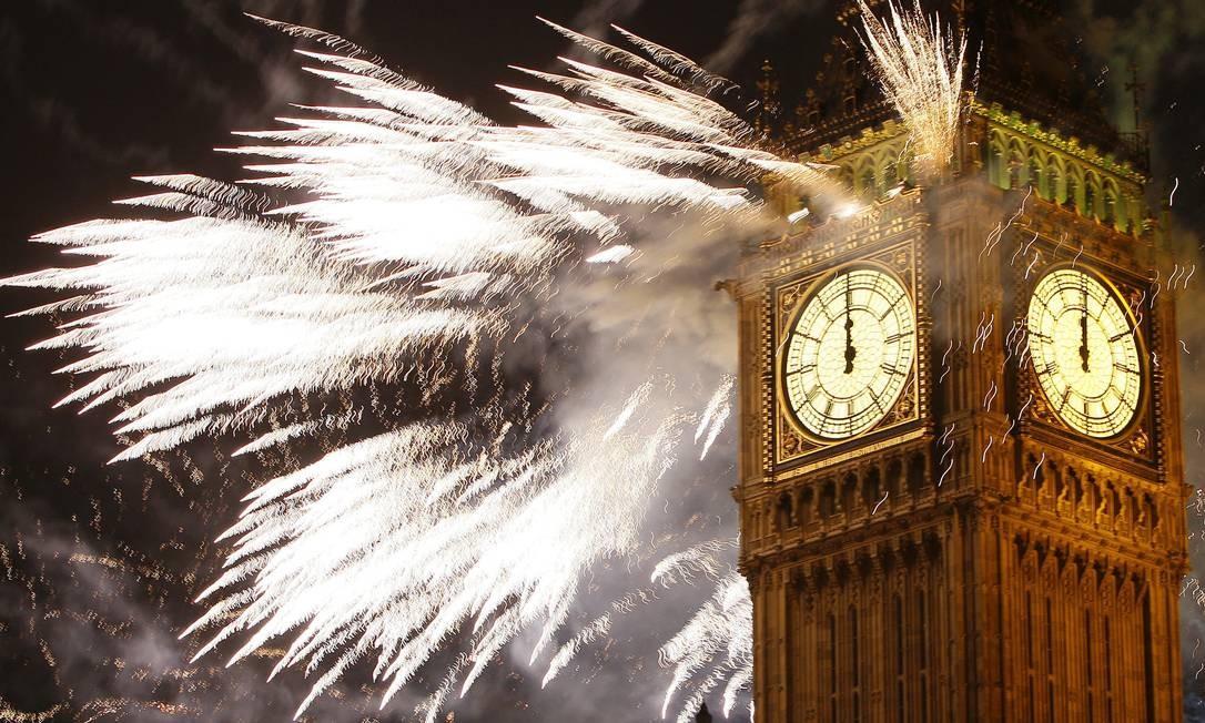 Fogos de artifício iluminam o Big Ben na virada do ano em Londres Foto: Alastair Grant / AP