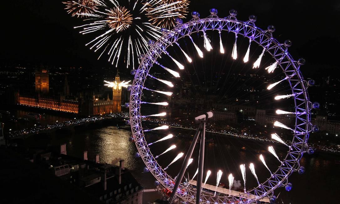 Fogos explodem no Big Ben e na roda-gigante London Eye na comemoração da chegada de 2012 em Londres