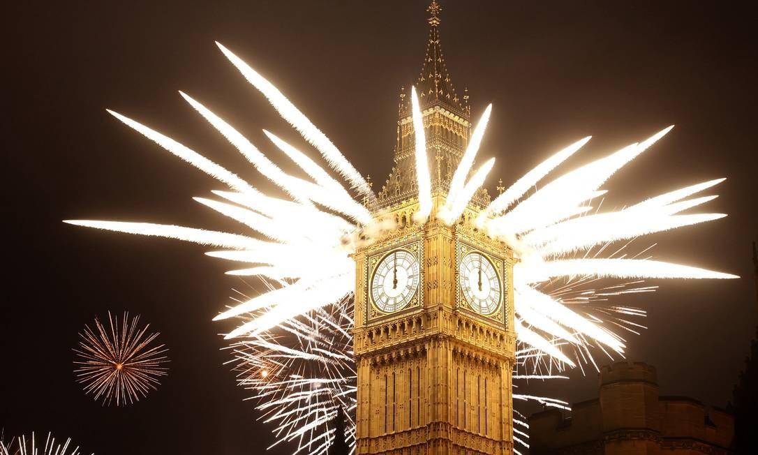 Coroa de fogos no Big Ben impressiona no ano novo de Londres Foto: Alastair Grant / AP