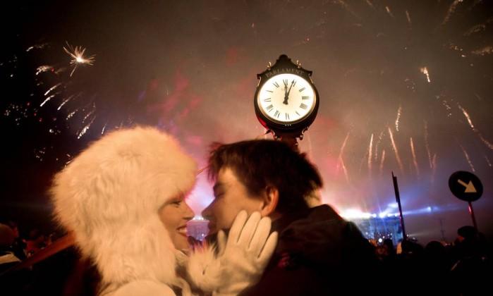 Casal comemora Ano Novo na Romênia Vadim Ghirda / AP