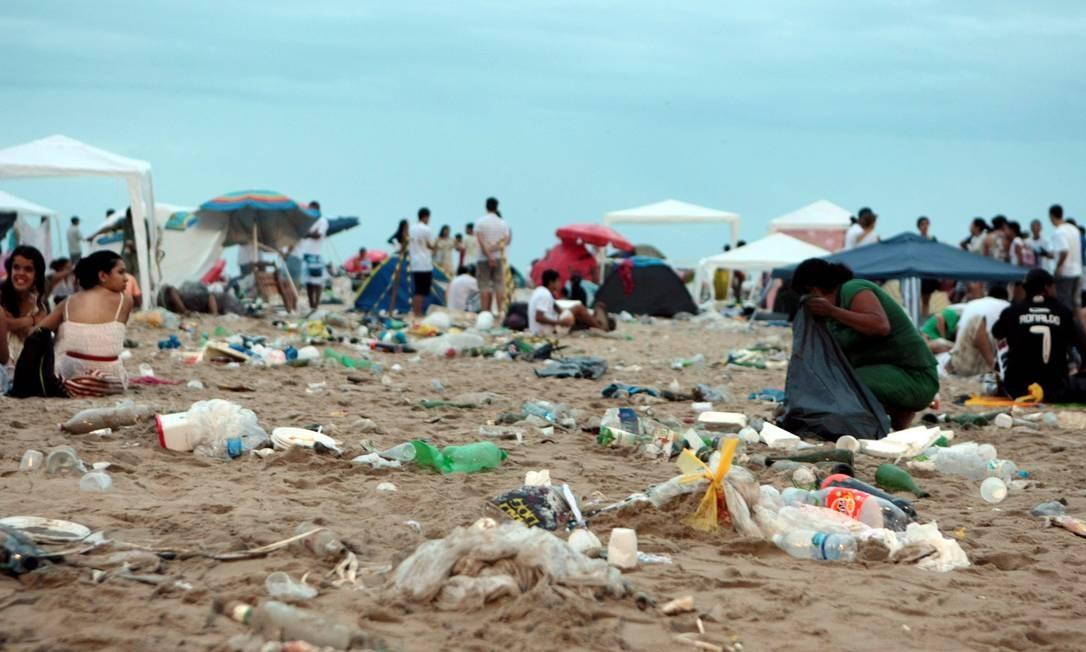 A Praia de Copacabana amanheceu com muito lixo. Na foto, um registro na altura do Copacabana Palace Foto: Hudson Pontes / Agência O Globo