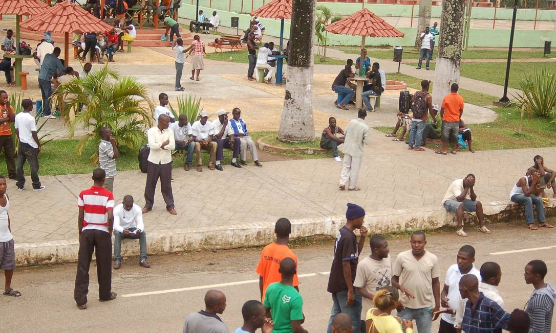 Haitianos se reúnem em praça na cidade de Brasileia, no Acre Foto: Alexandre Lima
