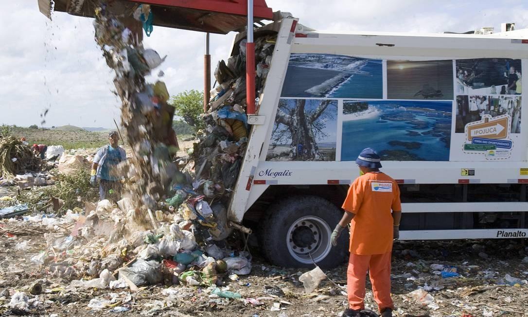 Aterro sanitário de Ipojuca, em Pernambuco, não passa de um lixão Foto: Hans von Manteuffel / O Globo