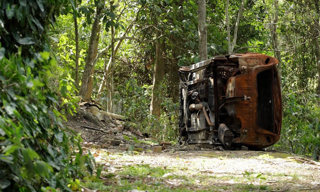 Carcaça de veículo abandonda dentro da Reserva Darcy Ribeiro Foto: Guilherme Leporace/6-9-2011