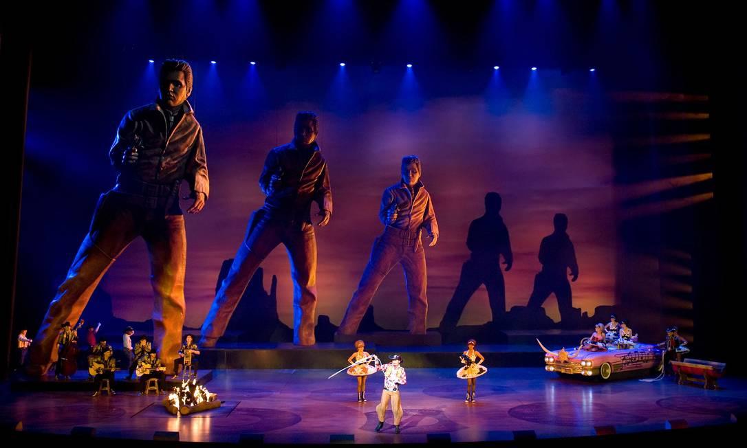 """Cena de """"Viva Elvis"""", show do Cirque du Soleil: figuras gigantes mostram o cantor na fase de ator de filmes de faroeste Foto: Julie Aucoin / Divulgação/Cirque du Soleil"""