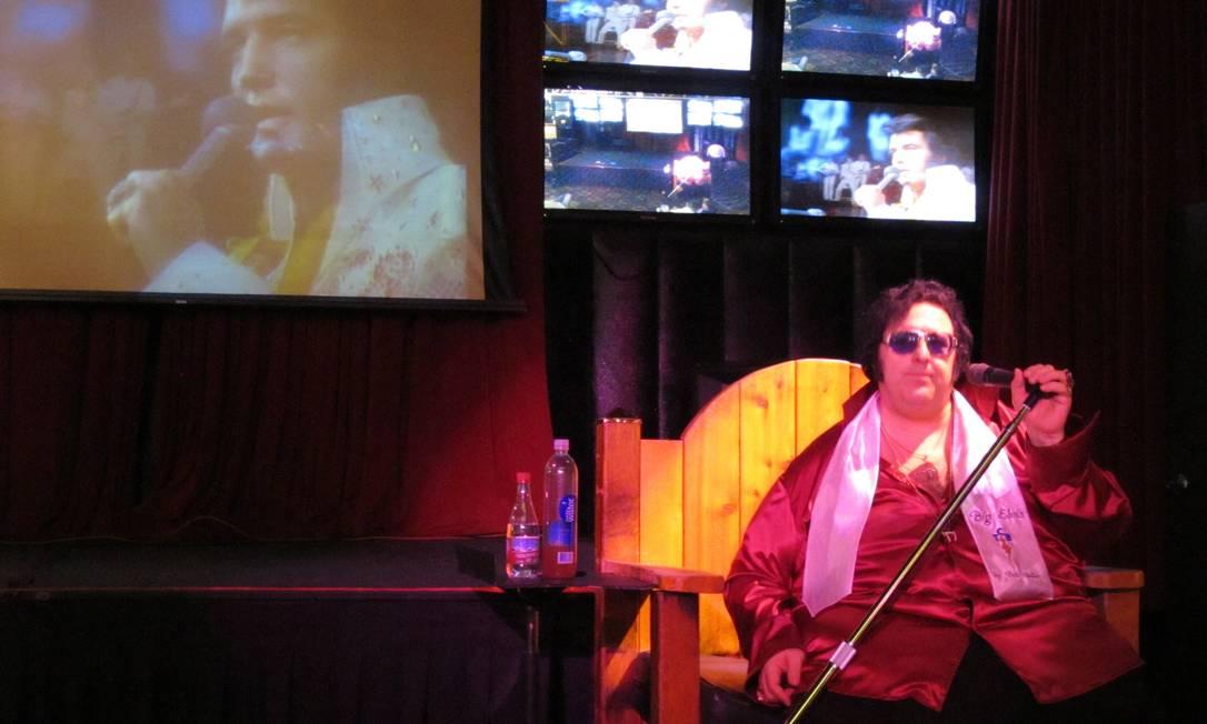 Não faltam opções de shows em homenagem a Elvis Presley em Las Vegas. No cassino à moda antiga, Bill's Gamblin' Hall & Saloon, apresenta-se o Big Elvis - nome artístico de Peter Vallee. O sobrepeso não permite que ele passe mais de uma música em pé, por isso o trono de madeira Foto: Eduardo Maia / O Globo
