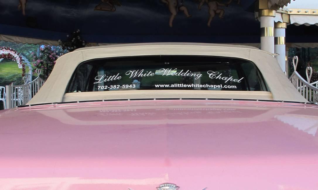 Estacionado na capela Little White Wedding Chapel, na Strip de Vegas, o conversível cor-de-rosa é igual ao usado por Elvis. Na placa, a indicação de quanto se espera que durem as uniões: 4 LVIS Foto: Eduardo Maia / O Globo