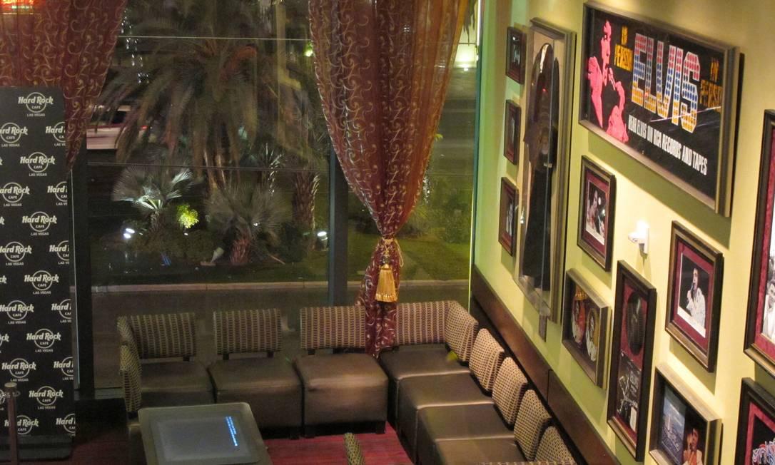 Na sala de espera do Hard Rock Café de Las Vegas, há discos, capas e pôsteres, parte da ótima memorabilia do lugar Foto: Eduardo Maia / O Globo