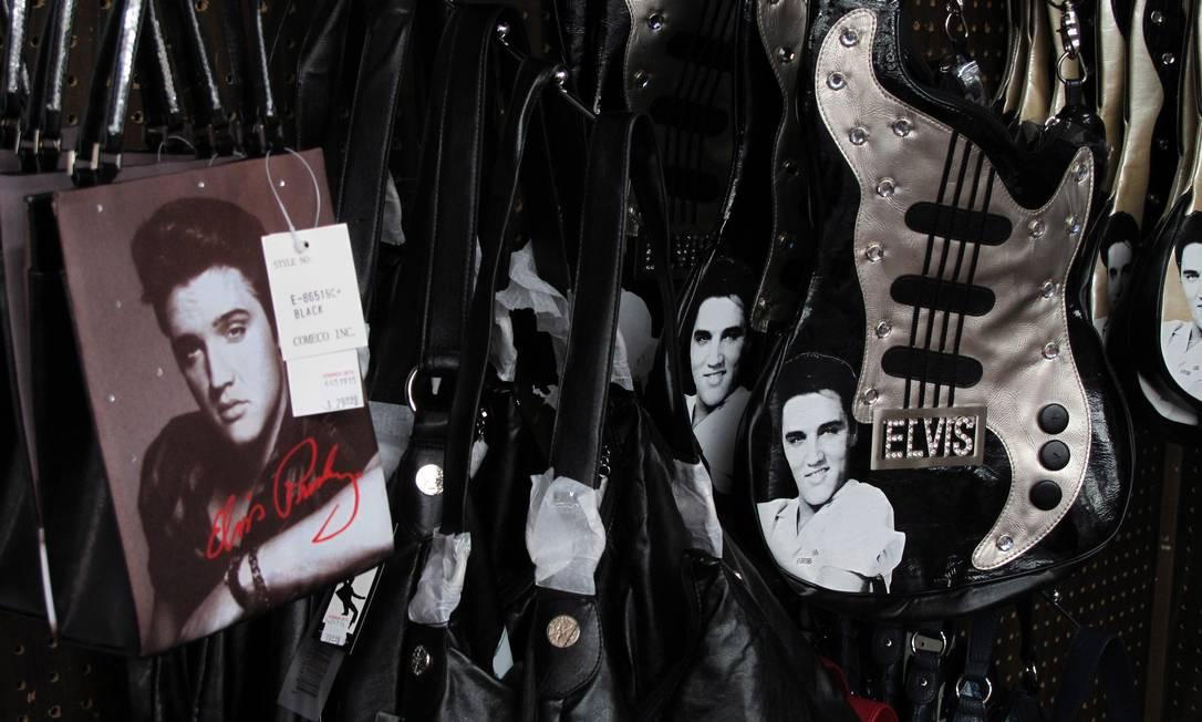 Bolsas em forma de guitarras e com o rosto estampado são uma das opções de lembrancinhas na Bonanza Gift Shop - autointitulada a maior loja de suvenires do mundo Foto: Eduardo Maia / O Globo
