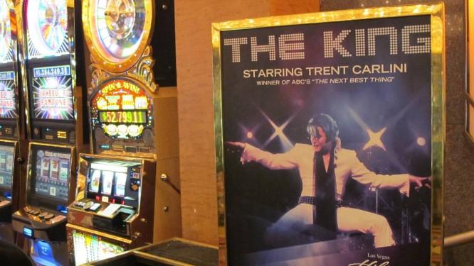 No antigo hotel Hilton, onde o Elvis se apresentou 837 vezes, Trent Carlini faz shows quase diariamente, trocando os figurinos inúmeras vezes Foto: Eduardo Maia / O Globo