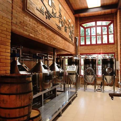 OS SETE caldeirões utilizados para a fabricação da cerveja artesanal na Vila St. Gallen Foto: Guilherme Leporace
