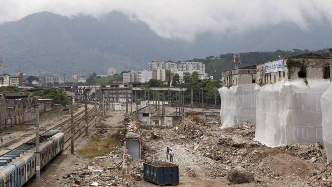 Os prédios da antiga fábrica da CCPL, em Benfica, já em fase de demolição: área foi invadida antes de ir ao chão Foto: Simone Marinho / O Globo