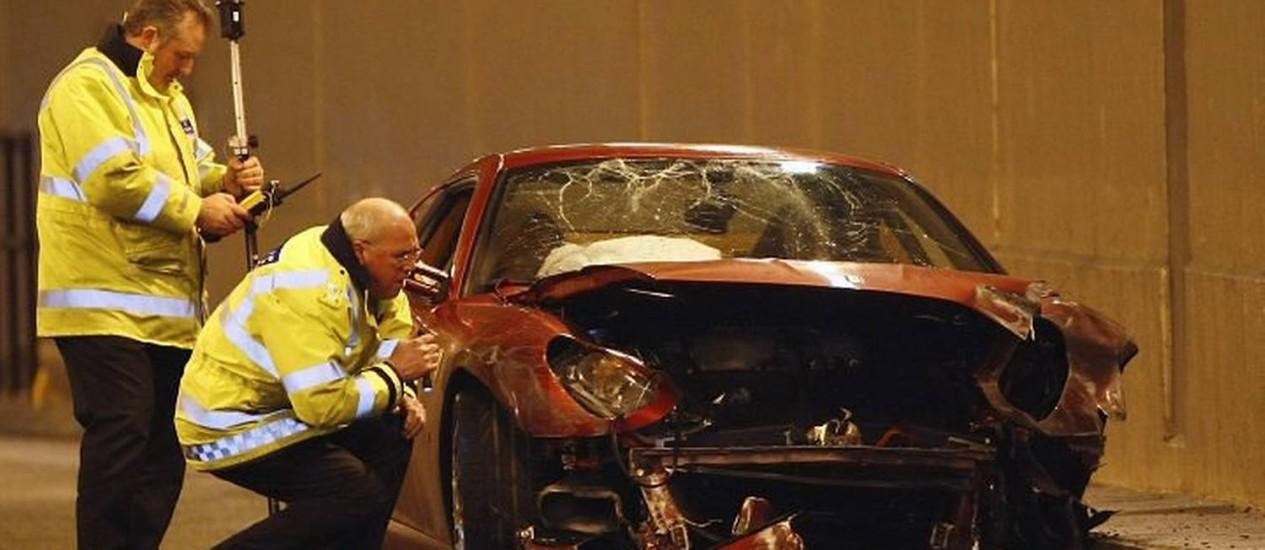 Policiais analisam o carro de Cristiano Ronaldo em um túnel de Manchester - Foto: Reuters