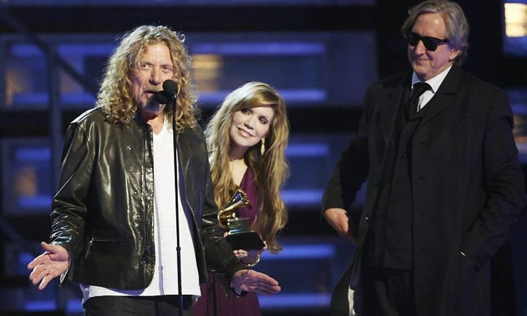 Robert Plant, Alison Krauss, obervados pelo guitarrista T-Bone Burnett, agradecem o prêmio de Álbum do Ano no Grammy Reuters