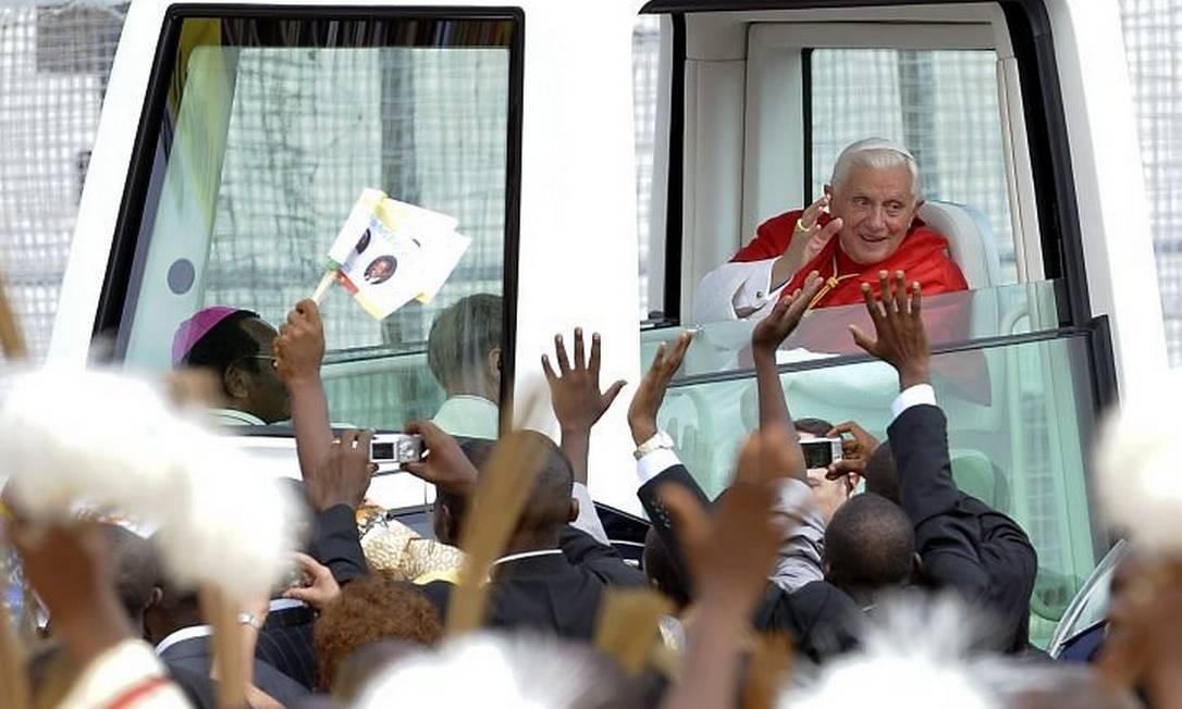 Papa acena ao chegar ao estádio em Iaundê onde celebrou missa campal - Reuters