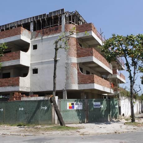 Prédio sendo construído na esquina das ruas Ministro Aliomar Baleeiro e Leiloeiro Ernani Mello, no Recreio Foto: Fabio Rossi