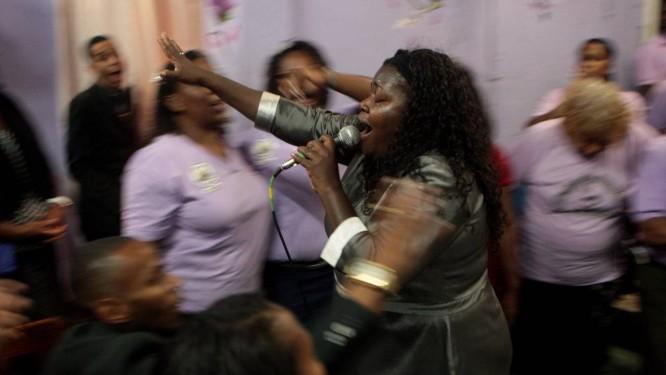 A pastora Ana Lúcia durante uma apresentação em sua igreja, em Belford Roxo Foto: Gustavo Stephan / O Globo
