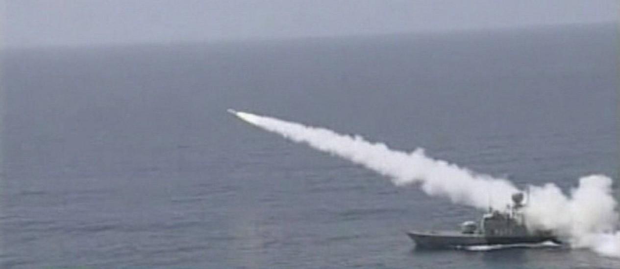 Navio iraniano lança míssil em local não informado, em foto divulgada pela agência oficial iraniana em 1 de janeiro Foto: Reuters