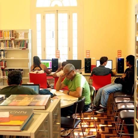 COMPUTADORES E livros ficam nas salas de leitura