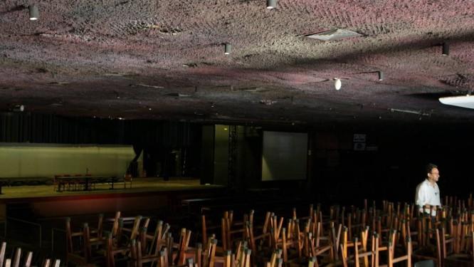 O Canecão hoje, depois de 15 meses fechado: buracos no teto por causa das chuvas, revestimento acústico mofado e foco de dengue Foto: Gustavo Stephan / O Globo