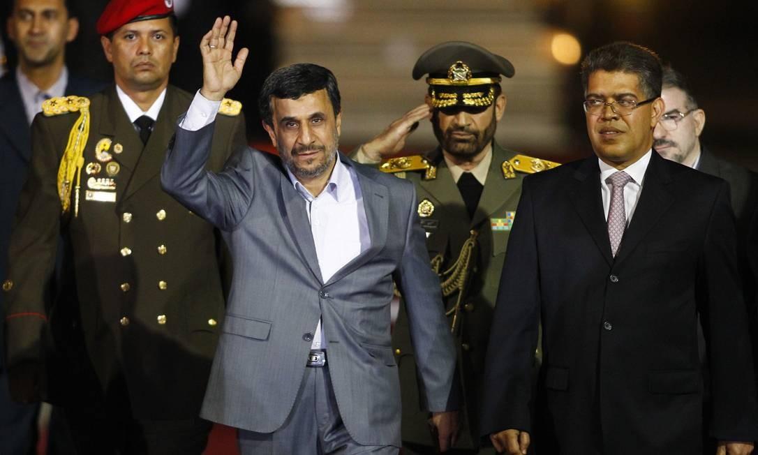 O presidente do Irã Mahmoud Ahmadinejad acena ao chegar à Venezuela, ao lado do vice-presidente Elias Jaua (à direita), no aeroporto at Simon Bolivar, em Caracas Foto: Carlos Garcia Rawlins / REUTERS