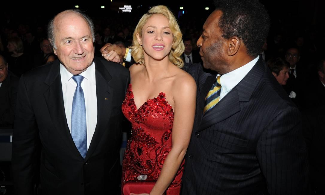 O presidente da Fifa Sepp Blatter, a cantora colombiana Shakira e Pelé trocam abraços antes da entrega da Bola de Ouro, em Zurique, na Suíça FRANCK FIFE / AFP