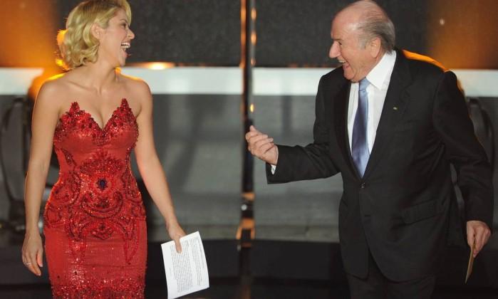 Shakira e Sepp Blatter: sorrisos durante a cerimônia