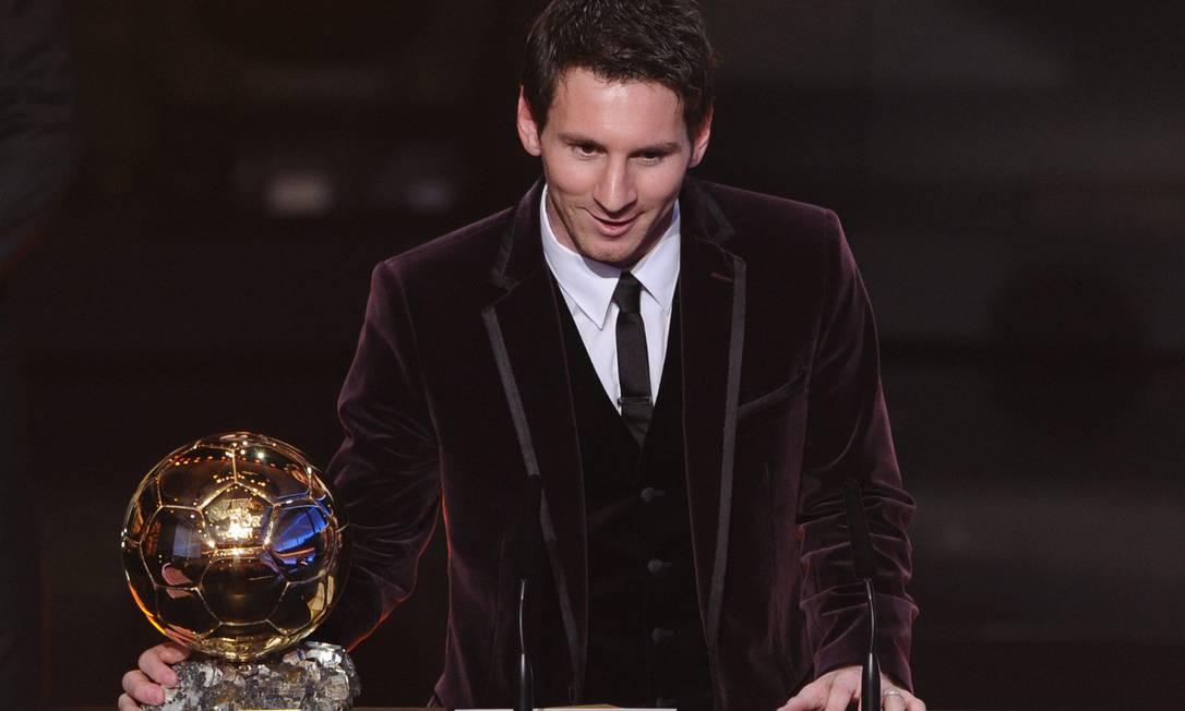 Lionel Messi faz seu discurso logo após ganhar seu terceiro prêmio de melhor do mundo. O argentino foi o primeiro a levar o troféu três vezes de forma consecutiva FRANCK FIFE / AFP