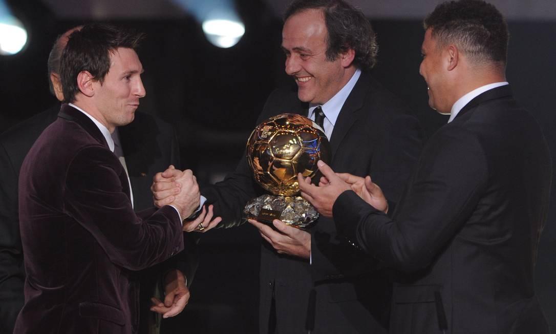 Lionel Messi recebe a Bola de Ouro das mãos de Michel Platini, presidente da UEFA, e Ronaldo FRANCK FIFE / AFP