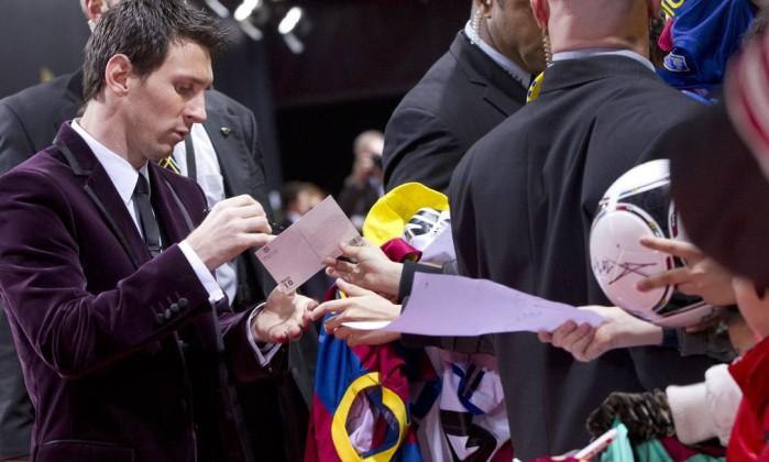 Messi antes da festa: blazer de veludo e autógrafos