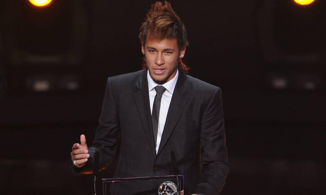 Neymar, do Santos, discursa após receber o Prêmio Ferenc Puskas pelo gol mais bonito do ano: sobre o Flamengo, na Vila Belmiro FRANCK FIFE / AFP
