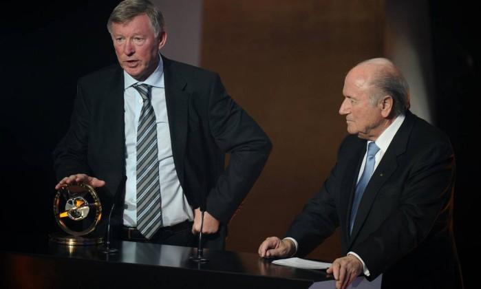 O técnico Alex Fergunson, há 25 anos trabalhando no Manchester United, recebe um prêmio especial da Fifa FABRICE COFFRINI / AFP